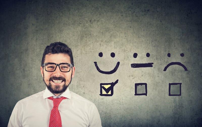 O homem de negócio feliz seguro recebeu a avaliação excelente para uma avaliação da satisfação imagem de stock royalty free