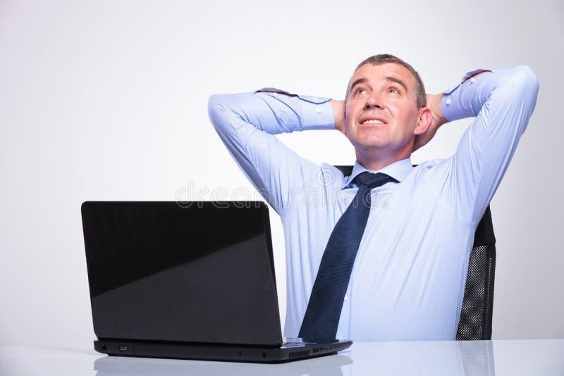 O homem de negócio idoso relaxa no escritório imagem de stock royalty free