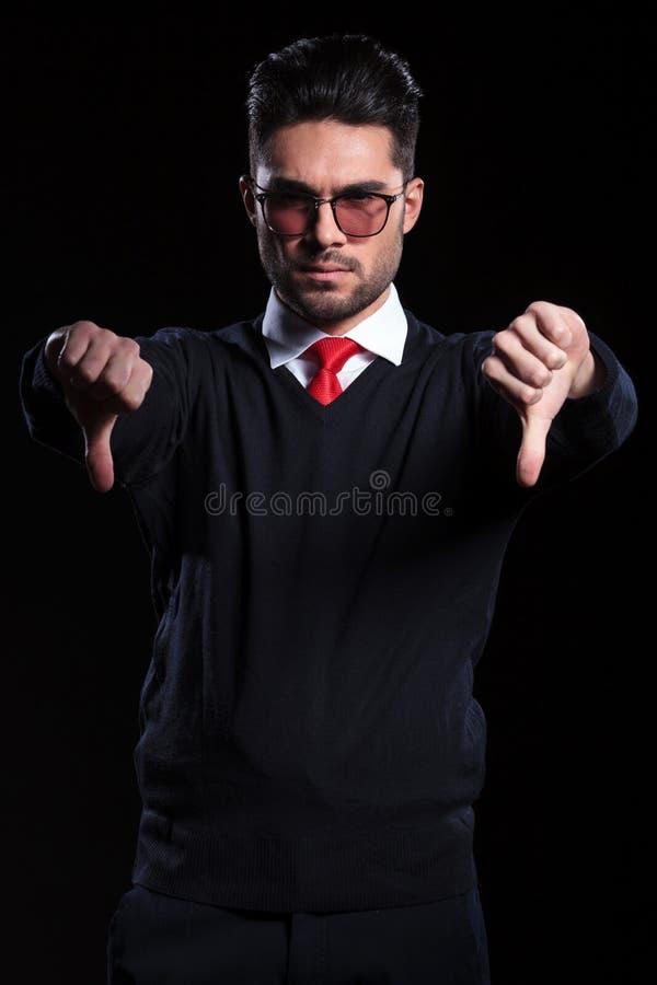 O homem de negócio mostra ambos os polegares para baixo fotos de stock royalty free