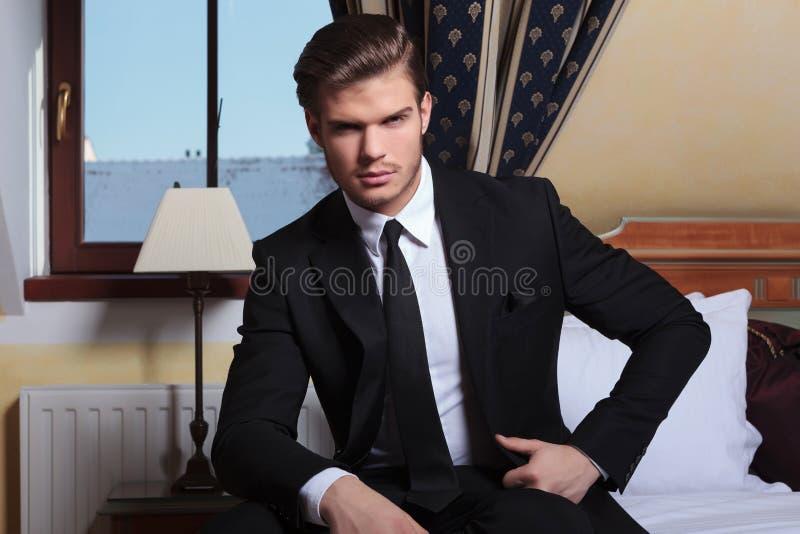 O homem de negócio novo senta-se pela janela imagem de stock royalty free