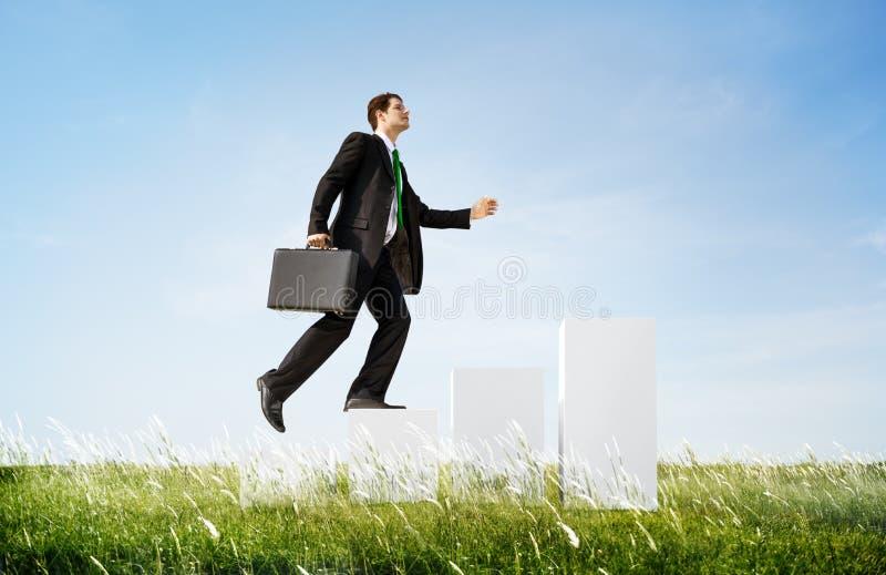 O homem de negócio que escala acima pisa fora conceito fotos de stock