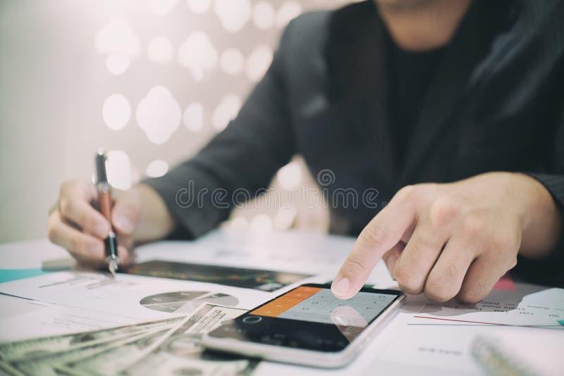 O homem de negócio que faz finanças calcula sobre o funcionamento da análise foto de stock