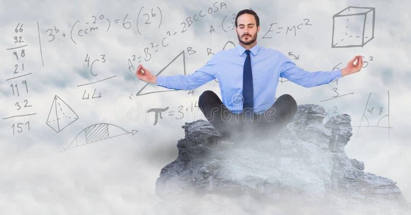 O homem de negócio que medita sobre o pico de montanha entre nuvens contra a matemática rabisca ilustração royalty free
