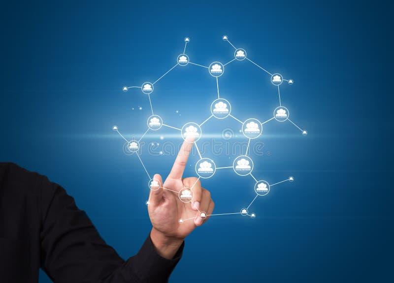 O homem de negócio que pressiona a rede social moderna abotoa-se na tela virtual