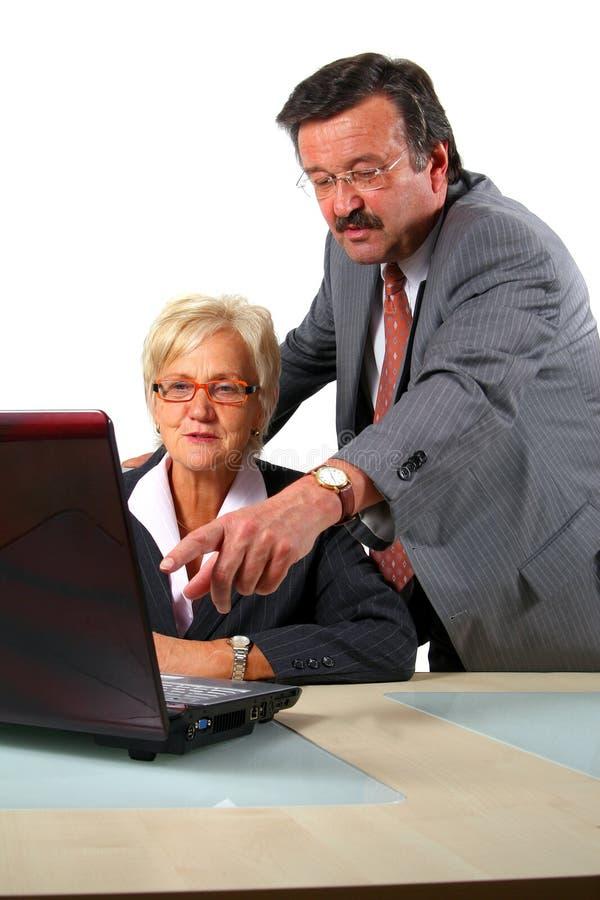 O homem de negócio sênior está explicando imagem de stock royalty free