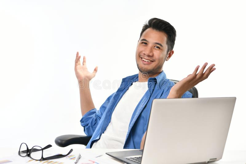 O homem de negócio Startup que senta-se na postura relaxado com mãos levantou em seguida ter o trabalho feito facilmente fotografia de stock