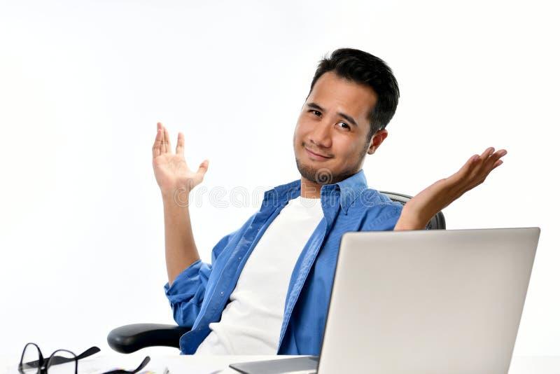 O homem de negócio Startup que senta-se na postura relaxado com mãos levantou em seguida ter o trabalho feito facilmente imagem de stock