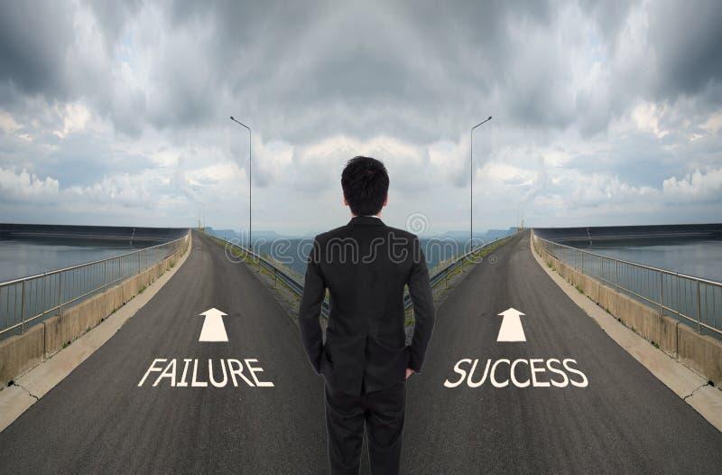 O homem de negócio tem que decidir entre a maneira dois diferente, escolhe Fai foto de stock