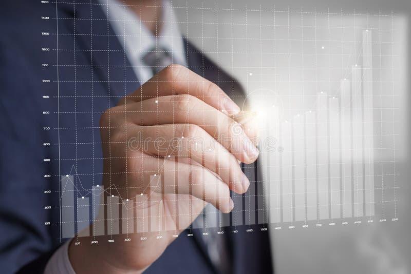 O homem de negócio tira uma carta de crescimento do lucro fotos de stock royalty free
