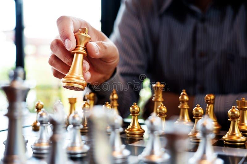 O homem de negócio toma uma figura checkmate no jogo de mesa da xadrez - conceito do rei do sucesso da estratégia, da gestão ou d fotografia de stock