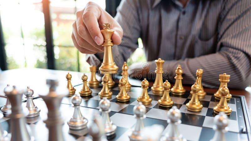 O homem de negócio toma uma figura checkmate no jogo de mesa da xadrez - conceito do rei do sucesso da estratégia, da gestão ou d fotos de stock royalty free