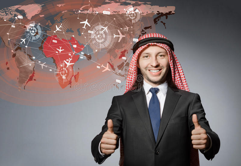 O homem de negócios árabe no conceito da viagem aérea fotos de stock royalty free