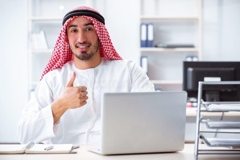 O homem de negócios árabe que trabalha no escritório fotografia de stock royalty free
