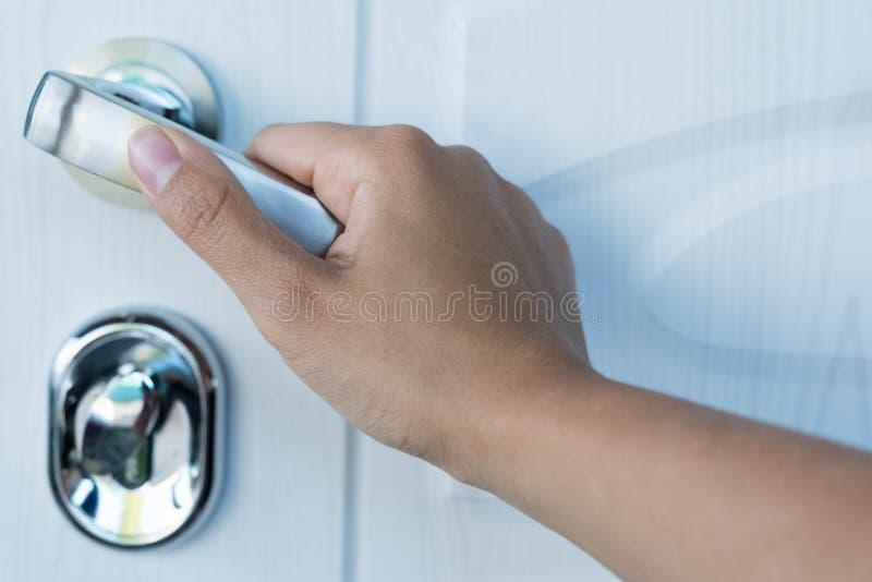 O homem de negócios abre a porta pela chave à praia pode usar-se para indicar ou montagem em produtos imagem de stock royalty free