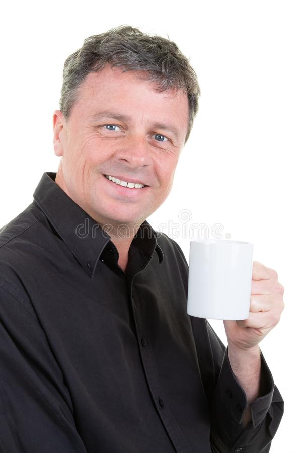 O homem de negócios alegre com chá da caneca da xícara de café aprecia com olhos azuis imagem de stock royalty free