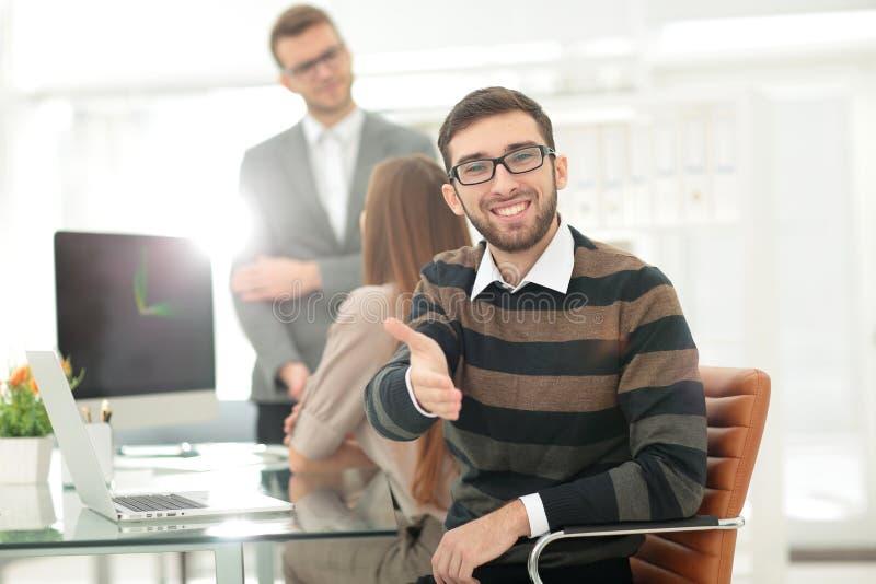 O homem de negócios amigável oferece um aperto de mão foto de stock royalty free