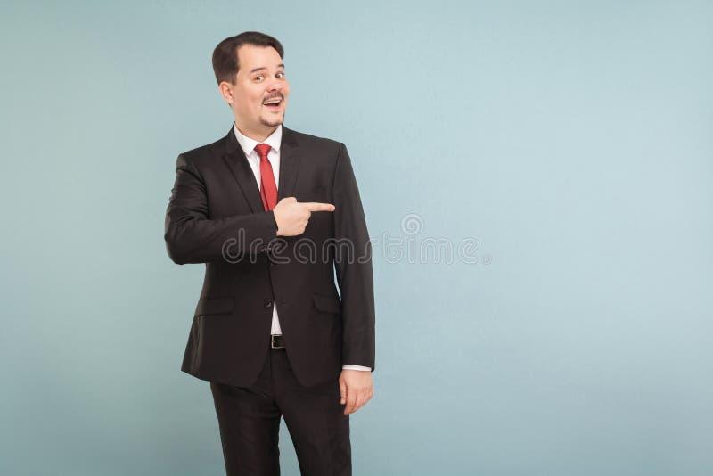 O homem de negócios aponta ao espaço da cópia para sua propaganda foto de stock