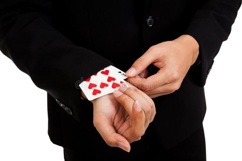 O homem de negócios asiático de engano puxa cartões de jogo da luva fotos de stock