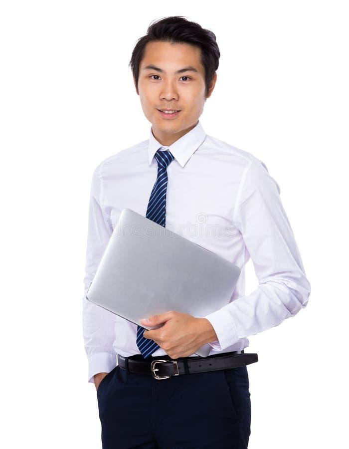 O homem de negócios asiático leva com portátil imagem de stock royalty free