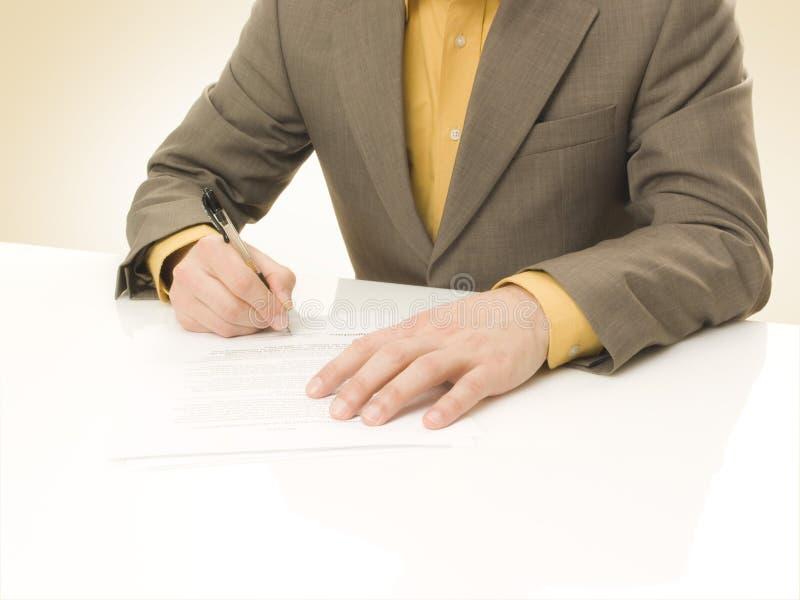 Download O Homem De Negócios Assina Um Contrato Imagem de Stock - Imagem de paperwork, escreva: 12810137