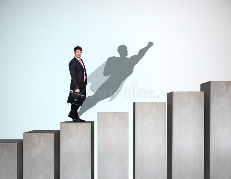 O homem de negócios aumenta acima na escada da carreira com sombra do super-herói na parede fotos de stock royalty free