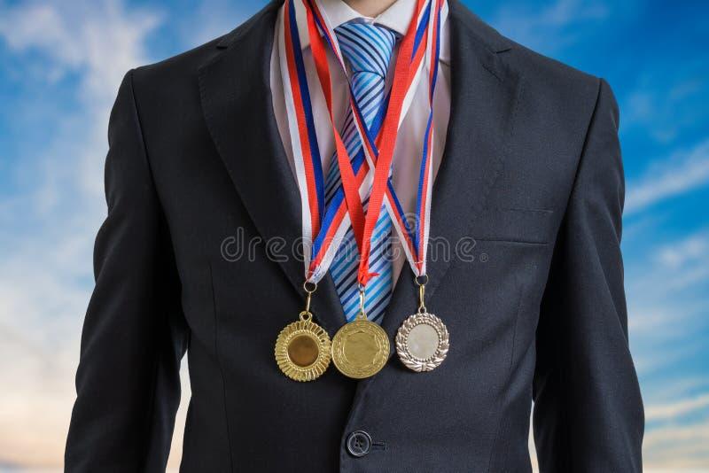O homem de negócios bem sucedido concedido está vestindo muitas medalhas imagem de stock