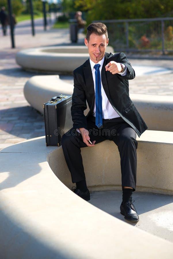 O homem de negócios bem sucedido mostra que você fotografia de stock royalty free
