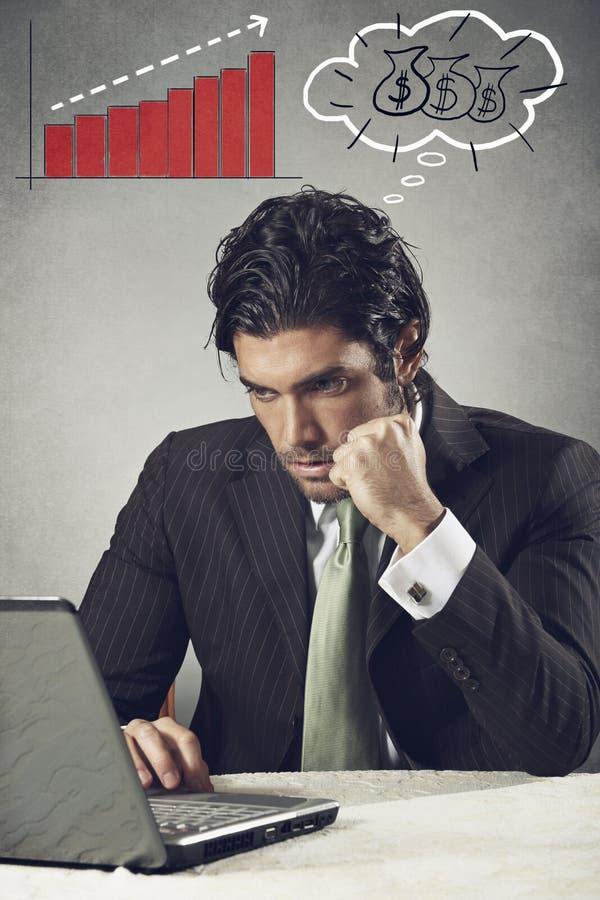 O homem de negócios bem sucedido pensa sobre o dinheiro fotos de stock royalty free
