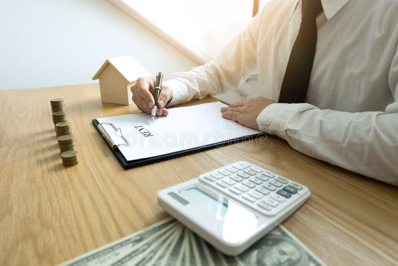 O homem de negócios calcula o negócio da casa do preço de venda Ins home do agente fotos de stock
