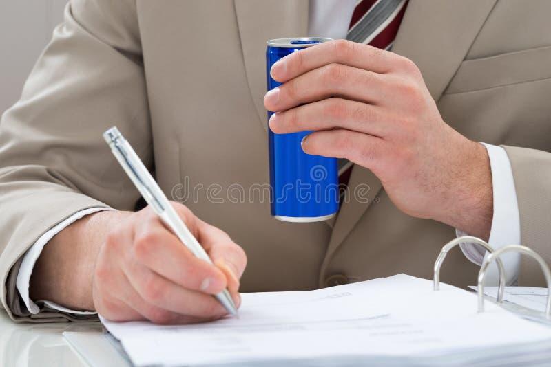O homem de negócios com bebida pode e original foto de stock
