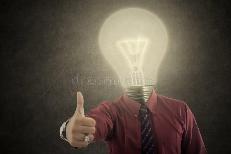 O homem de negócios com lâmpada-cabeça mostra ESTÁ BEM imagem de stock royalty free