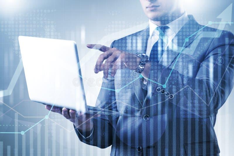 O homem de negócios com o portátil no conceito da finança e da operação bancária imagem de stock royalty free