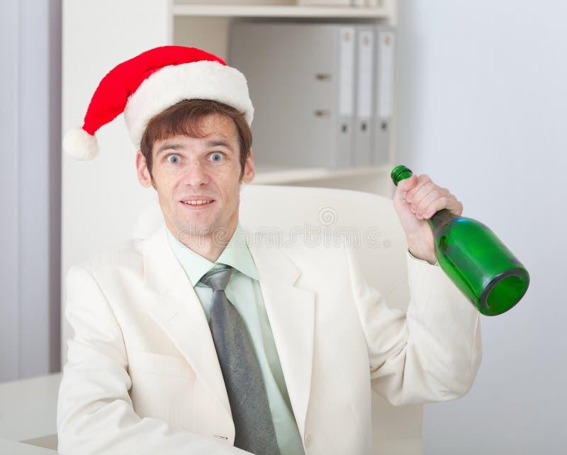O homem de negócios comemora o Natal no escritório fotografia de stock