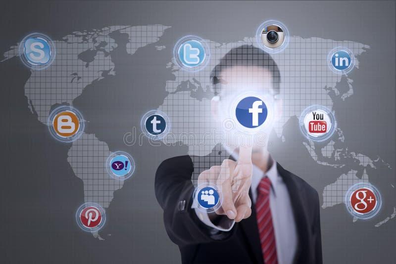 O homem de negócios conecta aos meios sociais ilustração stock