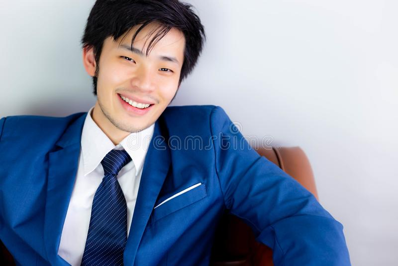O homem de negócios considerável atrativo obtém a felicidade com cara do sorriso foto de stock