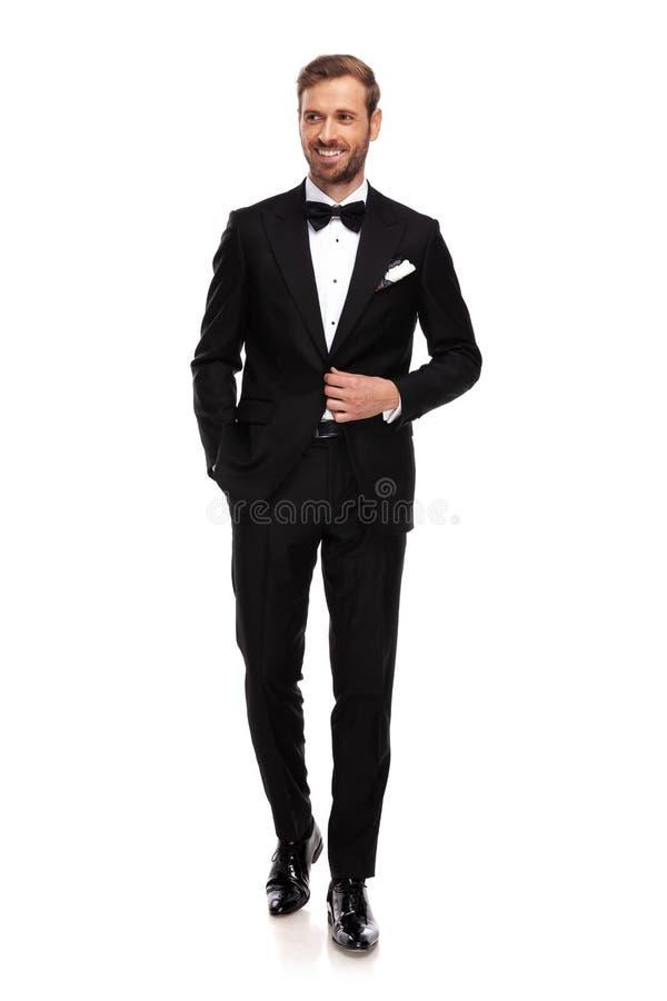 O homem de negócios considerável guarda bolsos e olhares para tomar partido foto de stock