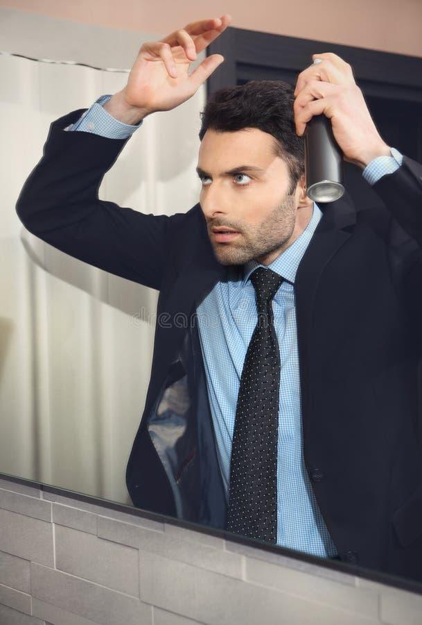 O homem de negócios considerável novo faz o cabelo fotos de stock royalty free