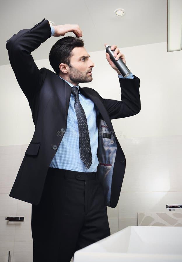 O homem de negócios considerável novo faz o cabelo foto de stock