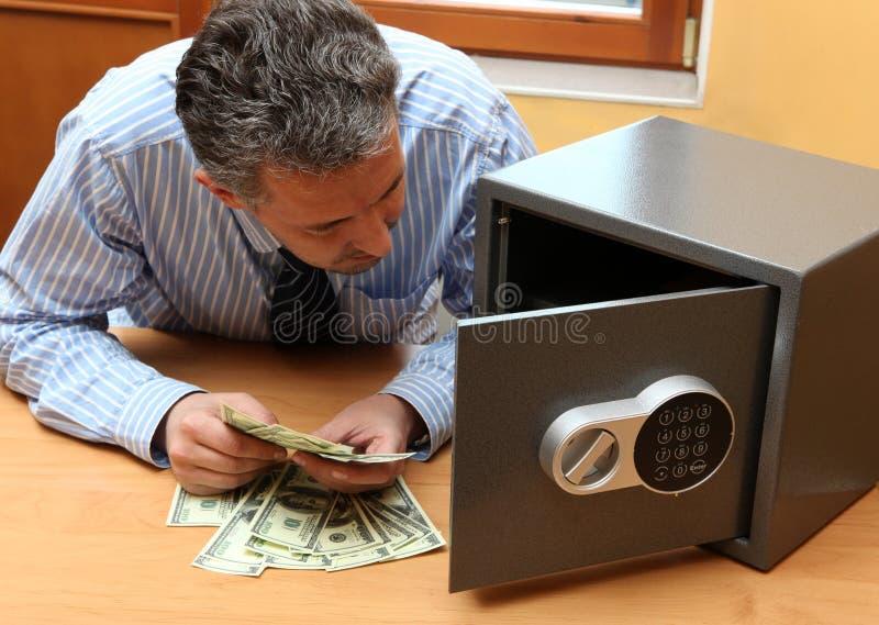 O homem de negócios considera o dinheiro imagens de stock