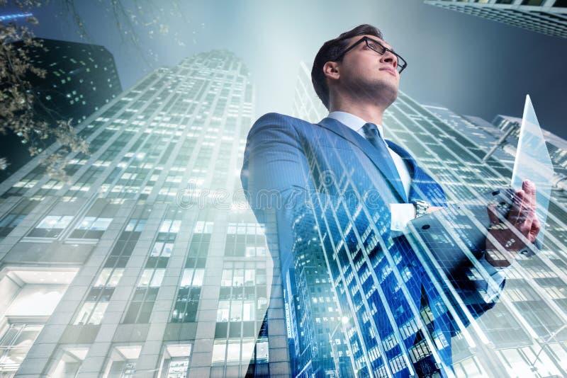 O homem de negócios contra construções no conceito do negócio foto de stock royalty free