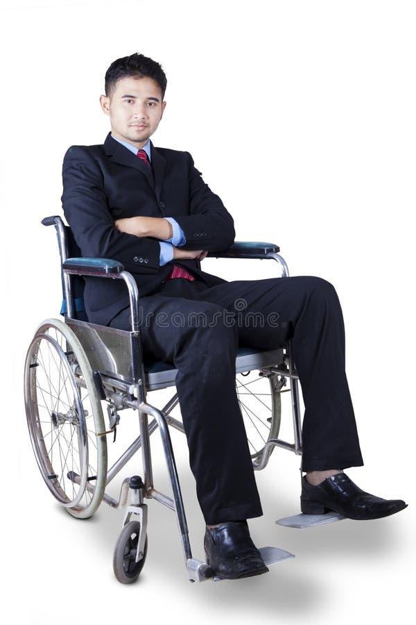 O homem de negócios deficiente olha seguro fotos de stock