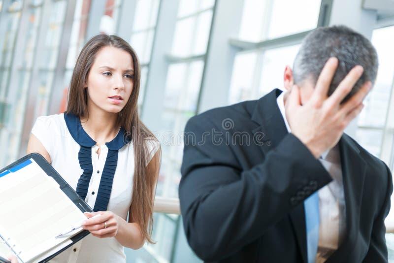 O homem de negócios derrotado gira afastado o colega de trabalho do formulário foto de stock