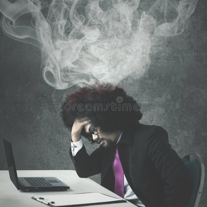 O homem de negócios do Afro sente a dor de cabeça foto de stock royalty free