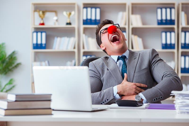 O homem de negócios do palhaço que tem o divertimento no escritório fotos de stock royalty free