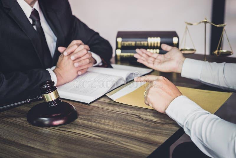 O homem de negócios e o advogado ou o juiz do homem consultam ter a reunião da equipe com o cliente, o conceito da lei e dos serv foto de stock royalty free