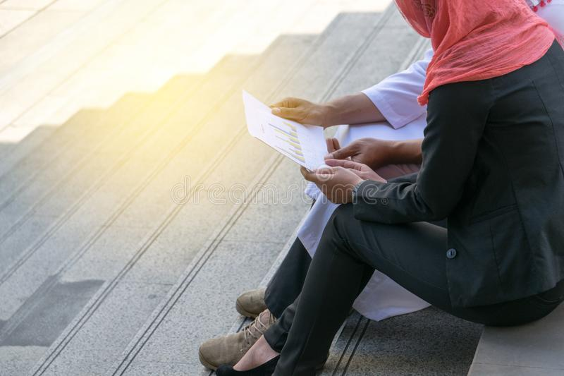 O homem de negócios e a mulher de negócios árabes verificam o gráfico no papel, finança imagens de stock royalty free