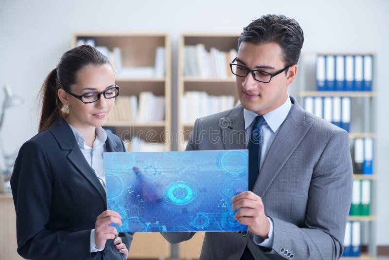 O homem de negócios e a mulher de negócios que discutem trocando estratégias fotos de stock