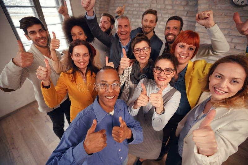 O homem de negócios e a mulher de negócios team dando o polegar acima do sinal do succe fotografia de stock royalty free