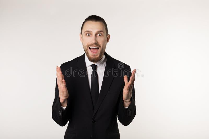 O homem de negócios elegante sobre as mãos à nora e confusas brancas do fundo da expressão aumentou fotos de stock royalty free