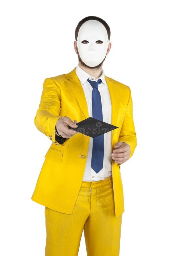 O homem de negócios em um terno do ouro, dá-lhe um envelope fotos de stock royalty free
